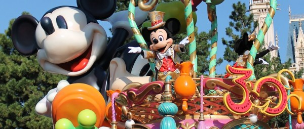 Mickey  wows the crowd at the close of the 30th Anniversary celebration parade.